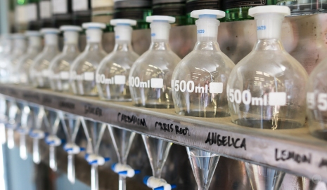 Blending af gin hos Archie Rose Distilling Company. Photo by Michael Sperling.