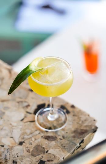 Cocktailen 'Pineapple Gin Punch' serveret på The Espy i St. Kilda.