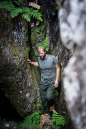 Johan Wendt Olausson fra Norge kæmper sig gennem kløften. Photo by Michael Sperling