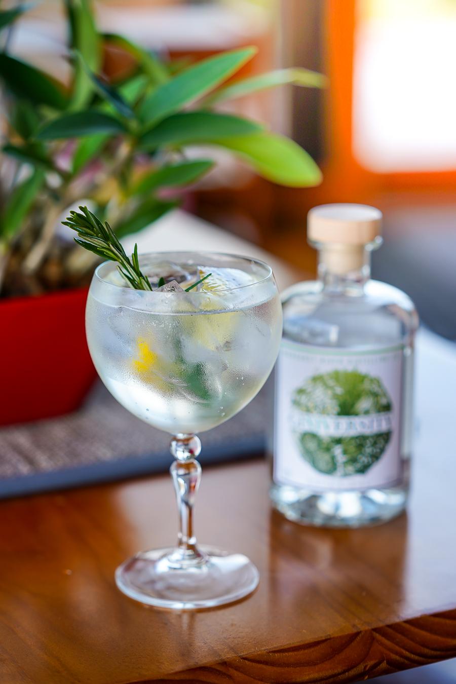 Giniversity Botanical Gin, Fever-Tree Mediterranean Tonic, rosmarin og citronskal. Photo by Michael Sperling.