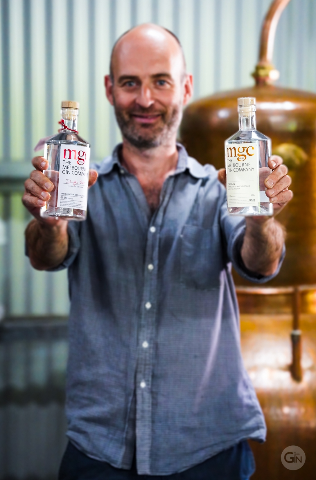 Andrew Marks med The Melbourne Gin Company Dry Gin og The Melbourne Gin Company Single Shot Gin. Photo by Michael Sperling.