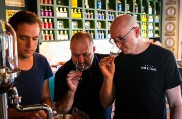 Cameron MacKenzie, Stu Gregor og Jon Hillgren testsmager undervejs i destillationen af Botany Bay Gin. Photo by Michael Sperling.
