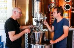Cameron MacKenzie og Jon Hillgren testsmager undervejs i destillationen af Botany Bay Gin. Photo by Michael Sperling.