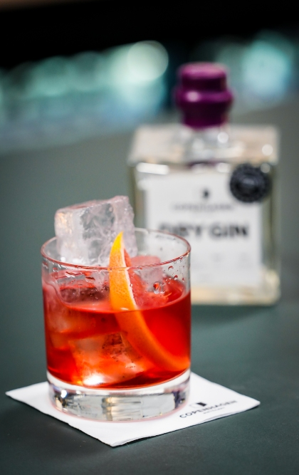 Nordic Negroni med Copenhagen Dry Gin, Campari og Regal Rogue Bold Red Vermouth. Photo by Michael Sperling.