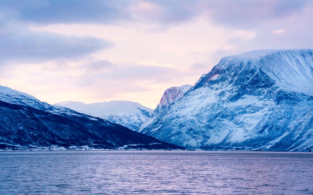 Spektakulære arktiske opgivelser omkring Aurora Spirits. Photo by Michael Sperling.