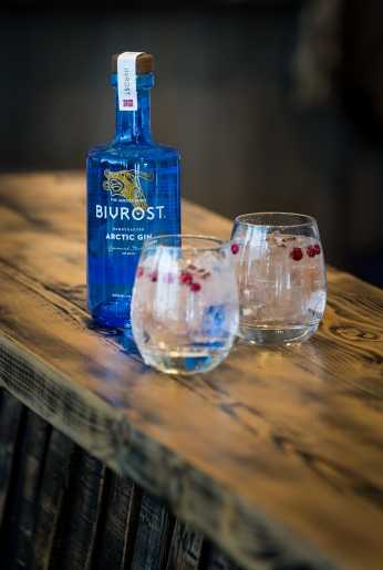 Bivrost Arctic Gin & Tonic med tyttebær. Photo by Michael Sperling.